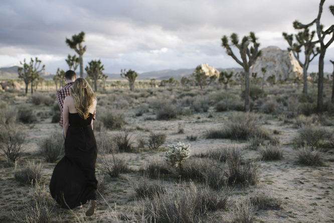 couples-walk-desert-joshua-tree