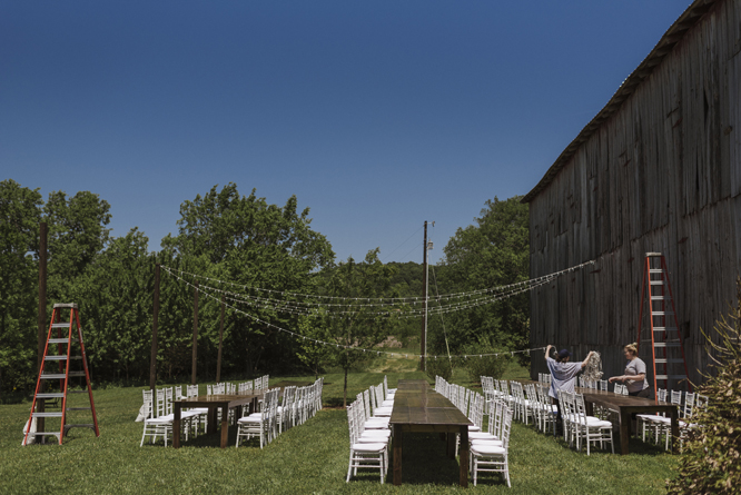 dinner-outside-wedding-barn